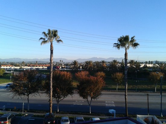 Motel 6 Anaheim Maingate:                   View to the far right of the balcony walkway in front of room 473