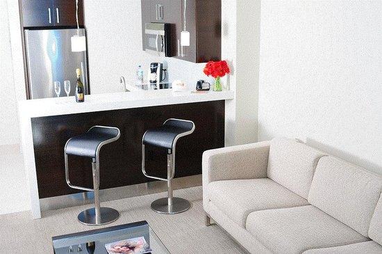 سول أون ذا أوشن: King Ocean View Suite Living Room with Kitchen
