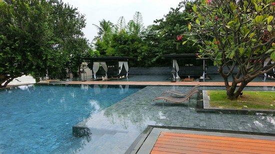 V Villas Hua Hin, MGallery by Sofitel: Liegen ohne Boden
