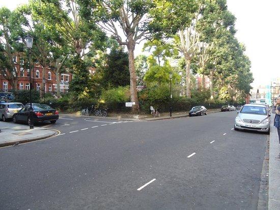 Presidential Apartments Kensington: Rua em frente ao hotel