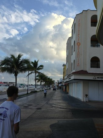 Suites Bahia: Main drag and hotel on the corner