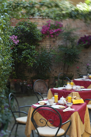 Hotel Locanda Gaffaro: Breakfast in The Garden
