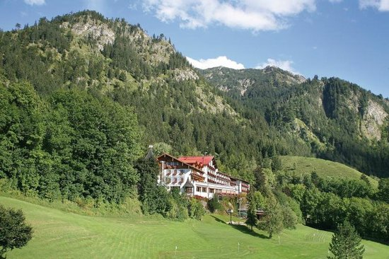 Hotel Prinz-Luitpold-Bad: Hotelgebäude vor dem Berg Iseler