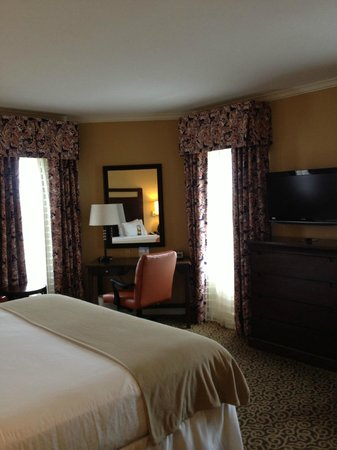Holiday Inn Express Savannah - Historic District: Desk area and TV in room, lots of windows