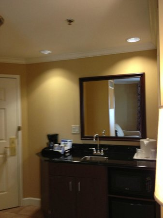 Holiday Inn Express Savannah-Historic District: Area with sink, coffee maker, fridge