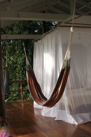 La Loma Jungle Lodge and Chocolate Farm: Bed in tree top bungalow