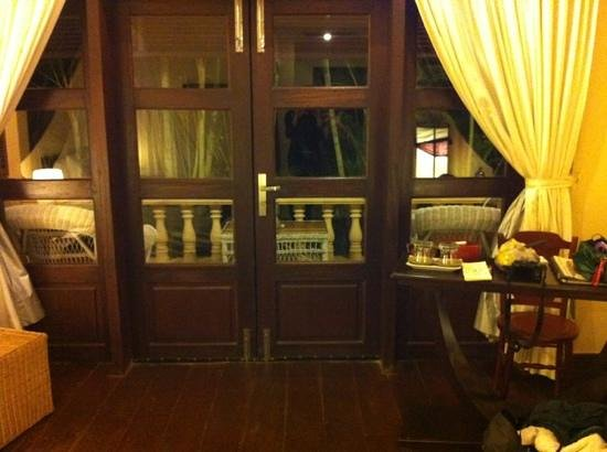 Pavillon d'Orient Boutique-Hotel: Looking out the French doors onto the private patio