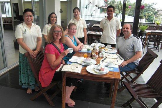 The Royal Nakara: Ägare och gäster på sista frukosten på hotellet