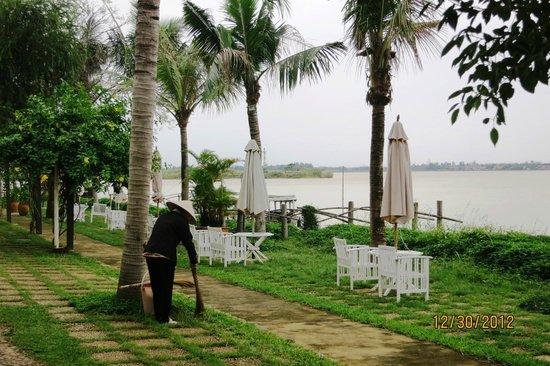 Vinh Hung Riverside Resort: Groundskeeper at work - yellowshirts