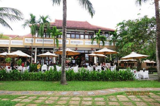 Vinh Hung Riverside Resort: Restaurant viewed from riverfront - yellowshirts