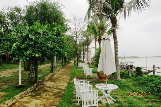 Vinh Hung Riverside Resort: View from outside restaurant - yellowshirts