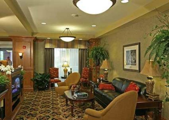 Hampton Inn & Suites Murfreesboro: Great Seating Areas in Lobby