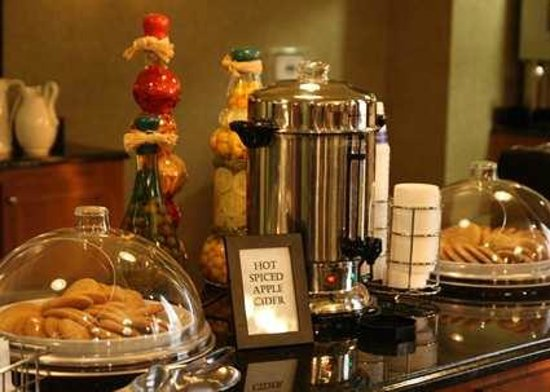 Hampton Inn & Suites Murfreesboro: Cookies & Hot Apple Cider in Afternoon