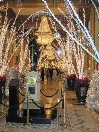 The Roosevelt New Orleans, A Waldorf Astoria Hotel: Lobby lights