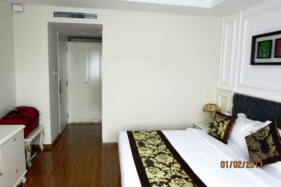 Alagon Central Hotel & Spa: Room viewed from window - yellowshirts