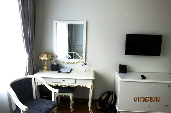 Alagon Central Hotel & Spa: Desk, drawer, TV - yellowshirts