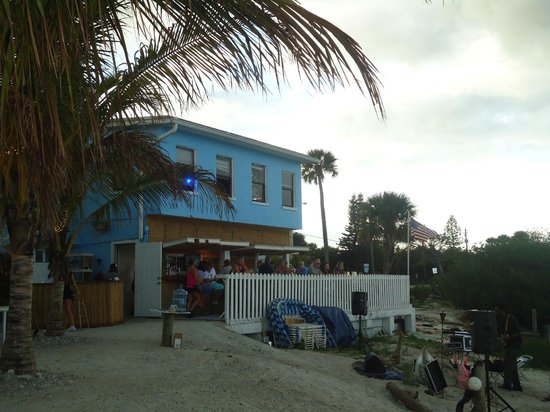 Bluezy's Happy Snapper: outside bar with river view