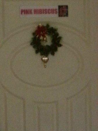 Abriannas Inn: Door decorated for Christmas