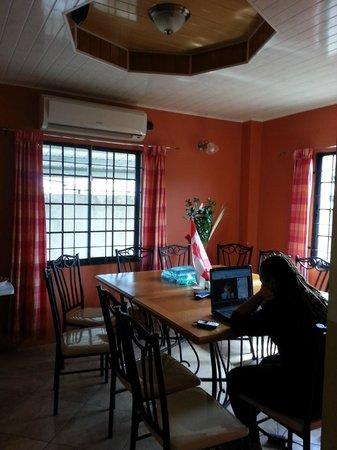 Abriannas Inn: Breakfast area