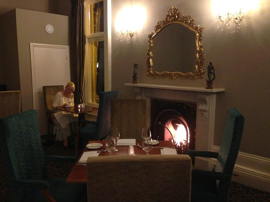 Best Western Oaklands Hall Hotel: Lovely fire in the dining area