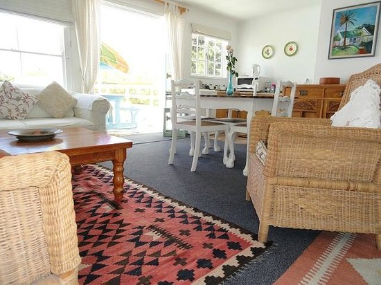 Eastbury Cottage : Loft living and dining room with kitchenette and doors to deck