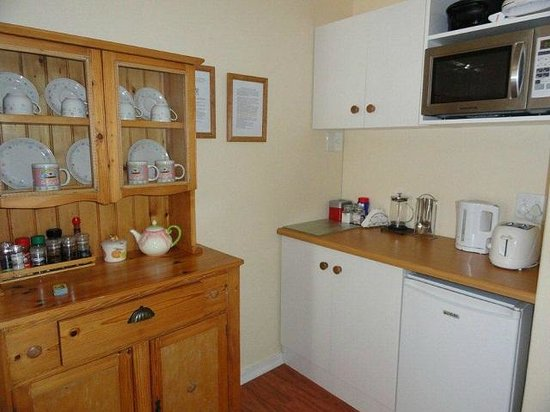 Eastbury Cottage: Rose Room kitchenette for light self catering