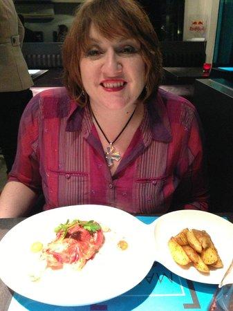 Markt 22 : Charlotte enjoying supper
