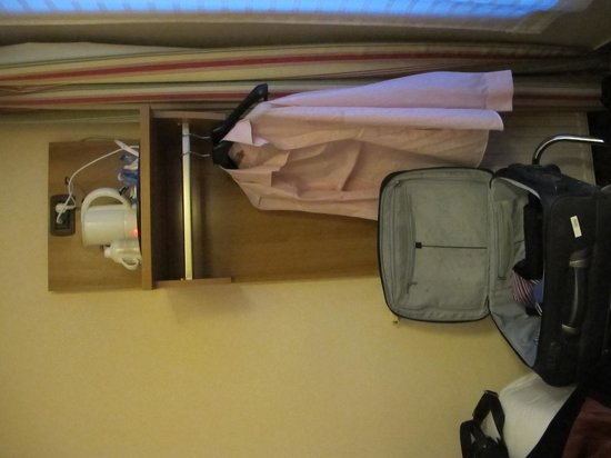 Hotel Ibis Styles Paris Saint Lazare: room with no view and strange ergonomics