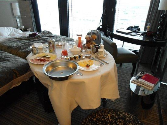 Hyatt Regency Dusseldorf: Una excelente atención y buen desayuno en la hbitación