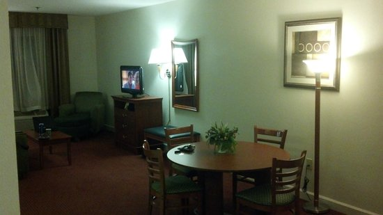 La Quinta Inn & Suites Florence : dining area in suite