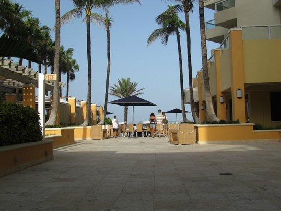 Marriott Stanton South Beach: Área de bar e piscinas