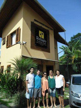 Refugio Tropical Pousada & Flats: Da Dir. p/ Esq. Leonor, recepcionista e gerente, Denise, dona da pousada, e nós.