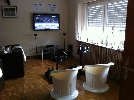 Gästehaus Fuchsröhre:                   Playstation3 with racingwheels for when track is closed :D