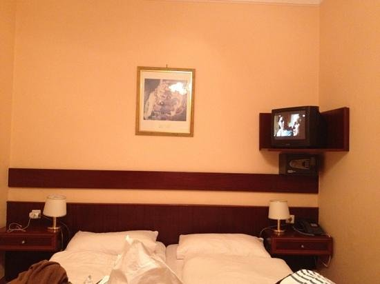 Hotel Cryston: how do you think to watch tv??