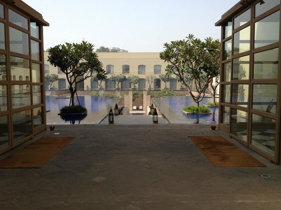 Trident, Gurgaon:                   Entering the pool area