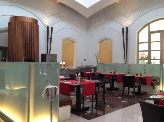 Trident, Gurgaon:                   Breakfast dinning room