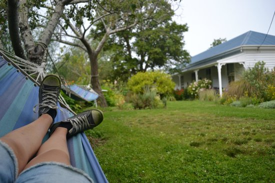Halfmoon Cottage: Relaxing in the beautiful garden :)