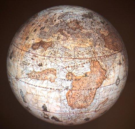 Het Scheepvaartmuseum:                   De globezaal