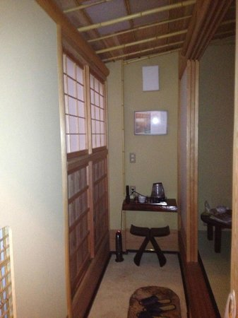 Kyomachiya Ryokan Sakura Honganji:                   Alcove as one walks into room