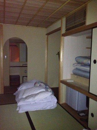 โรงแรมเคียวมาชิยา เรียวกัง ซากุระ:                   Our room-Tea Ceremony room looking towards bathroom