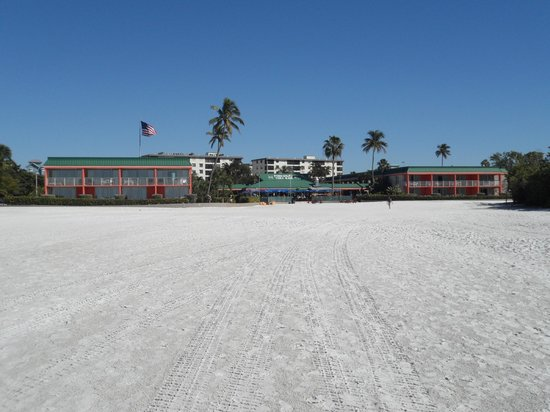 ‪‪Wyndham Garden Fort Myers Beach‬: Looking east towards Holiday Inn from beach area‬