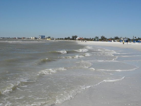 Wyndham Garden Fort Myers Beach: Waves coming in can knock you down