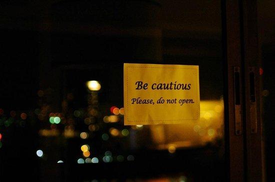Centre Point Hotel Silom: 壊れていた窓 