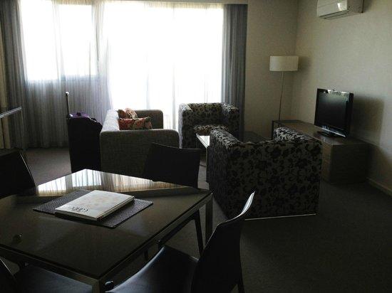 Aria Hotel Canberra: Living area