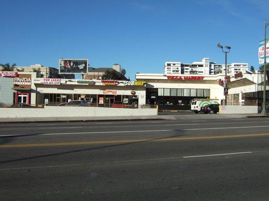 Trylon Hotel: 左がサブウェイ、右がYucca Market?