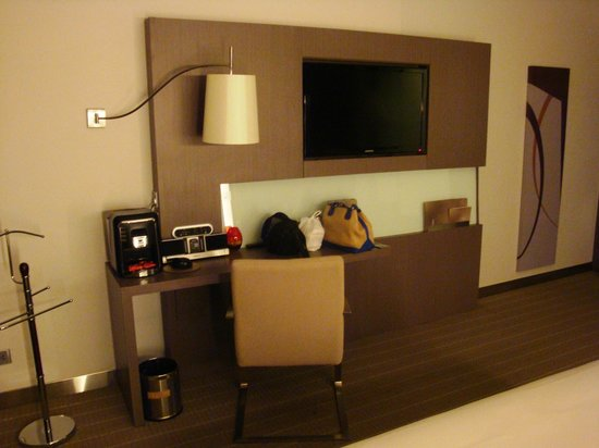 Novotel Bangkok Ploenchit Sukhumvit: Junior suite, wall that faces the bed.