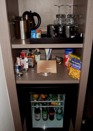 Novotel Bangkok Ploenchit Sukhumvit : Mini bar with coffee and tea