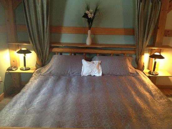 Timber Inn: king size bed
