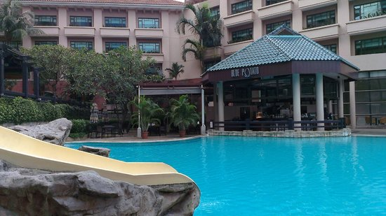 Swissotel Merchant Court Singapore:                   Blue Potatoe Restaurant next to pool