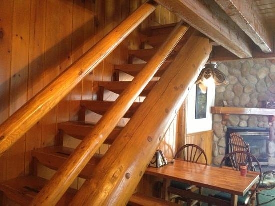 Baker Creek Mountain Resort: stairs to upstairs